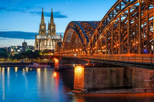 Foto op Plexiglas Europa Köln Skyline mit Kölner Dom und Hohenzollernbrücke bei Nacht