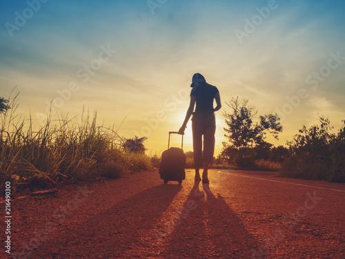 Foto auf AluDibond Kastanienbraun Traveling girls are traveling with luggage. Through nature tourism. (Travel ideas)