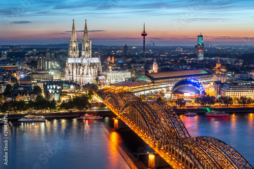 Fotobehang Europese Plekken Köln Skyline mit Kölner Dom und Hohenzollernbrücke bei Nacht