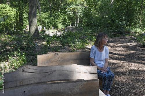 Foto op Plexiglas Begraafplaats frau auf dem waldfriedhof mainz-mombach
