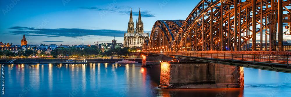 Skyline von Köln mit Kölner Dom und Hohenzollernbrücke bei Nacht