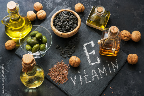 Fototapeta Food rich in vitamin E. A set of different oils. Seeds of flax, sunflower, walnut, olives. Top view. obraz