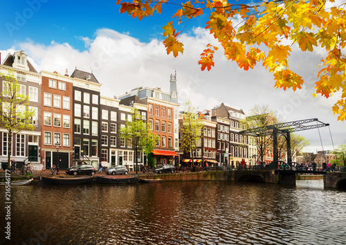 Keuken foto achterwand Historisch geb. Boats and old Houses with old bidge over fall canal with water, Amsterdam, Netherlands
