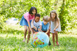 Leinwanddruck Bild - Multikulturelle Gruppe Kinder rollt Weltkugel