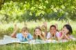 Kinder beim Faulenzen in den Sommer Ferien