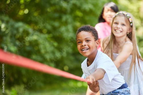 Fotografie, Obraz  Gruppe Kinder hat Spaß beim Tauziehen