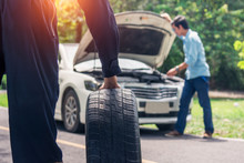 Outdoor Tire Repairer To Help Businessmen Lose The Car.