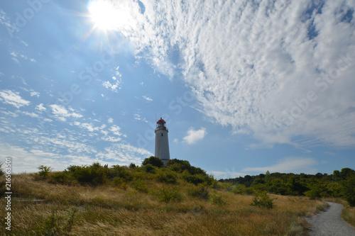 Foto op Aluminium Vuurtoren Traumhafte Wolken über dem Leuchtturm auf der Insel Hiddensee, Rügen