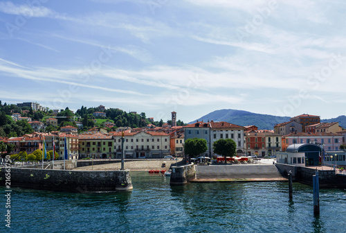 Valokuvatapetti Luino, the beautiful town seen by tourists arriving by boat