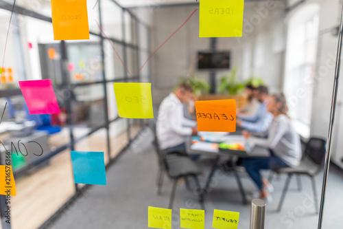 Papiers peints Echelle de hauteur Young creative business people meeting at office.