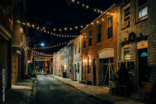 swiatel-swiatla-nad-kaplica-ulica-przy-noca-w-masarka-wzgorzu-baltimore