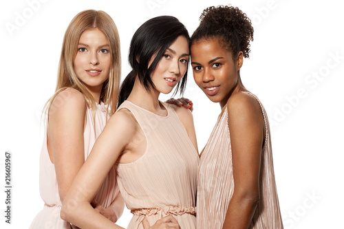 Foto  Portrait of three young multinational women posing at studio