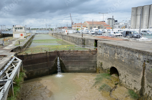 Fotobehang Kanaal Sluice in the dock of Bordeaux