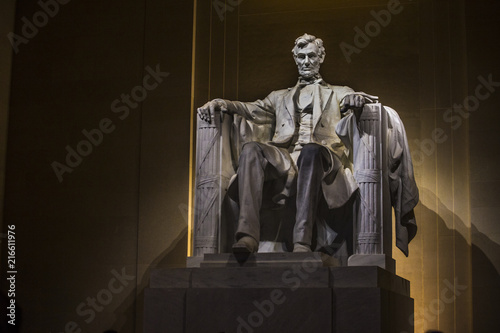 Cuadros en Lienzo Abraham Lincoln statue at night inside the Lincoln Memorial