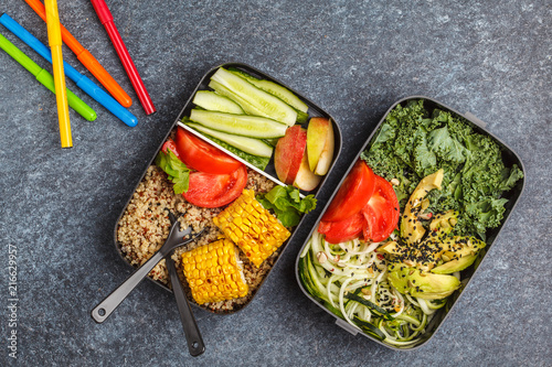 In de dag Assortiment Healthy meal prep containers with quinoa, avocado, corn, zucchini noodles and kale. Takeaway school food. Dark background, top view.