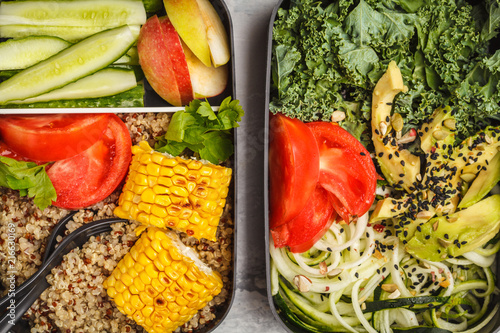 Papiers peints Assortiment Healthy meal prep containers with quinoa, avocado, corn, zucchini noodles and kale. Takeaway food.