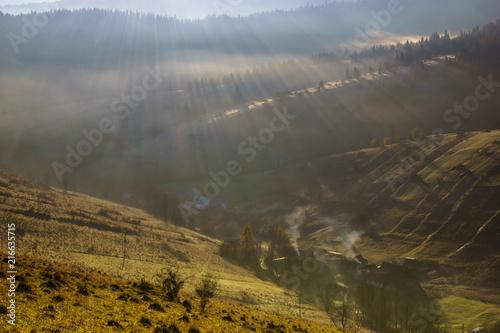 gorska-wioska-w-dolinie-w-mglisty-poranek