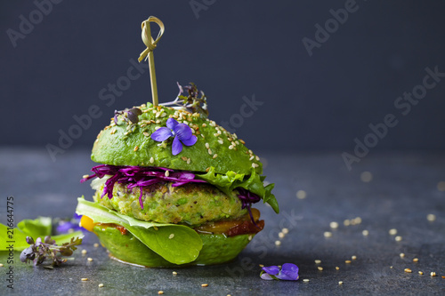 Fotografia Avocado sandwich with green vegan burger,  roast yellow pepper and pickled red c