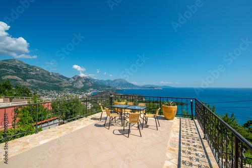 Fototapeta premium Ogromny taras z pięknym widokiem na miasto Sutomore i góry w Czarnogórze