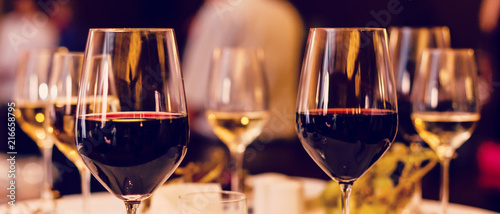 Autocollant pour porte Vin Art wine glasses on the table