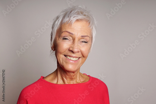 Fotografia  happy smiling mature woman in her sixties with trendy white short hair