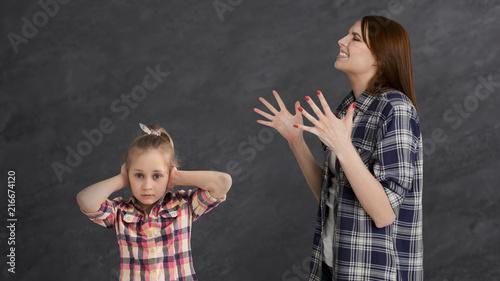 Fotografía  Furious mother arguing her little girl child