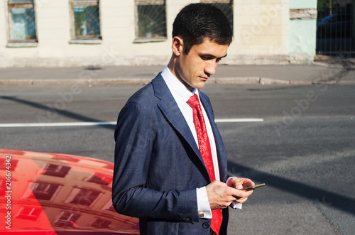 Láminas  Handsome man wearing expensive suit making call in the street