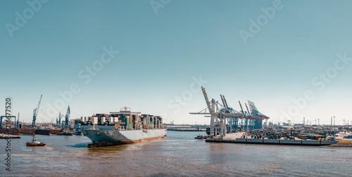 In de dag Noord Europa Conatinerschiff beim anlegen an einem Containerterminal im Hafen von Hamburg