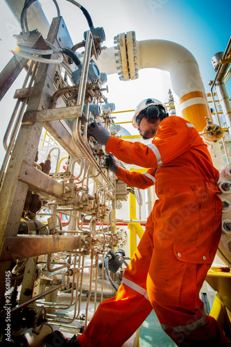 Pinturas sobre lienzo  Technicain,Technician during work in process oil and gas platform offshore