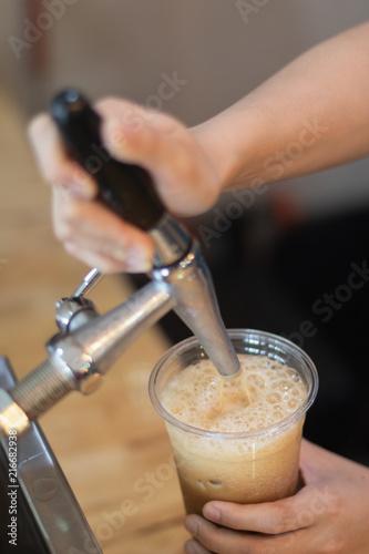 Fotografía Barista Eject Nitro Cold Brew Coffee to plastic cup
