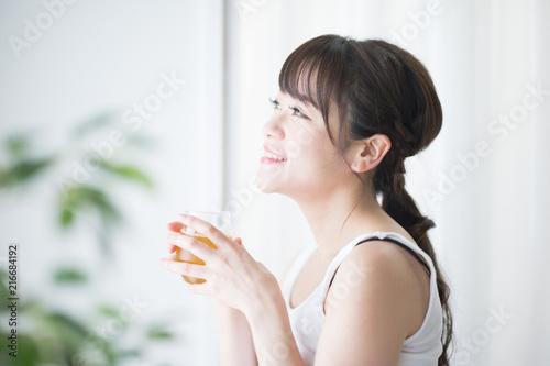 Fotografie, Obraz  水分補給・女性・観葉植物