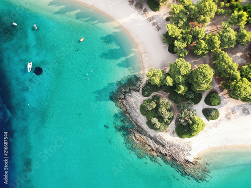 Cuadros en Lienzo Aerial view of bright turqoise water and beach with pine forest.
