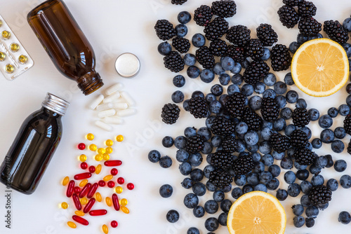 Fotografia  Vitamins and supplements from blueberries and lemon