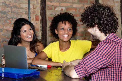 Kleine Gruppe internationaler Studenten beim Lernen Canvas Print