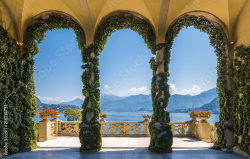 Photo sur Aluminium Jardin Scenic balcony overlooking Lake Como in the famous Villa del Balbianello, in the comune of Lenno. Lombardy, Italy.