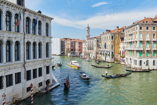 Tuinposter Venetie Bridge Rialto on Grand canal. Famous landmark panoramic view Venice Italy with blue sky white cloud and many gondola boat water.