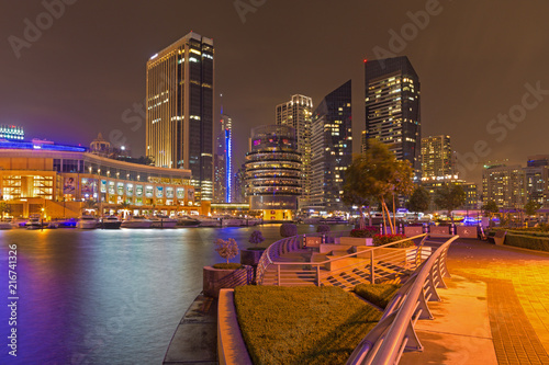 Foto op Aluminium Stad gebouw DUBAI, UAE - APRIL 25, 2017: The promenade of Marina at night.