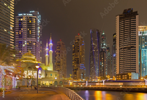 Foto op Aluminium Stad gebouw Dubai - The nightly promenade of Marina and the mosque.