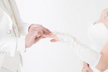 指輪を交換する新郎新婦