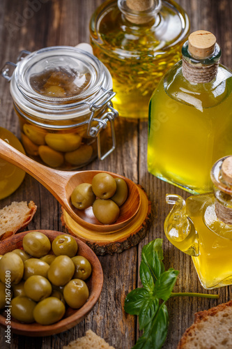Foto op Plexiglas Aromatische Olive berries and bottle of olive oil