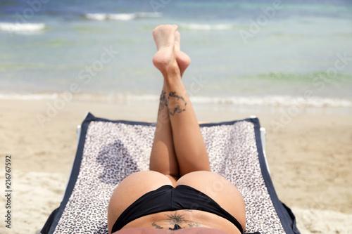 Fotografía  Prendendo il sole di spalle sul lettino