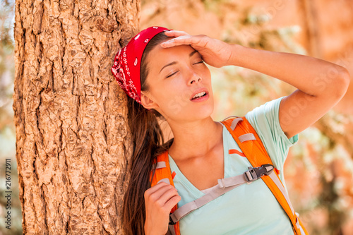 Photo Dehydrated tired hiking woman thirsty feeling exhausted heat stroke