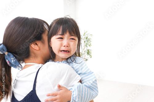 Photo 泣く子どもとお母さん