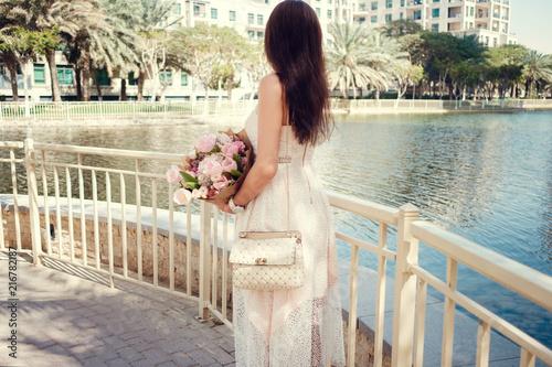 Photo  beautiful woman on a street of Dubai city
