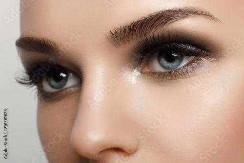 Obraz premium Makro- strzał kobiety piękny oko z niezwykle długimi rzęsami. Seksowny widok, zmysłowy wygląd. Kobiece oko z długimi rzęsami