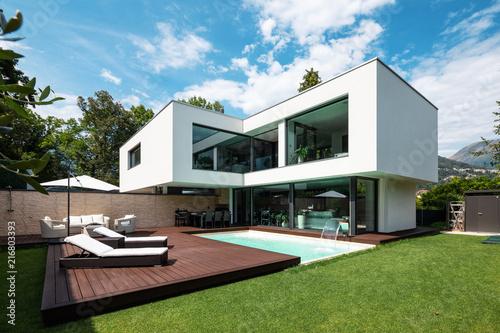 Fotografia Exterior modern white villa with pool and garden