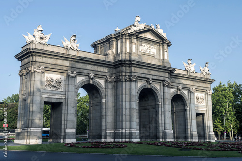 In de dag Madrid Alcala Gate or Puerta de Alcala is a monument in the Plaza de la Independencia in Madrid, Spain