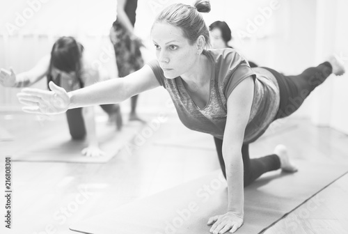Photo Pregnant woman in yoga class