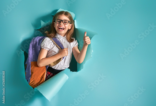 Fotomural child breaking through color wall