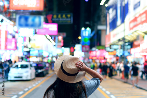 Photo  Tourist is enjoy traveling in famous night market in Mong Kok, Hong Kong